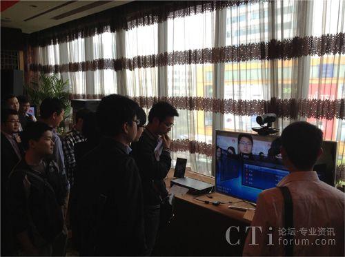 现场客户体验华为一体化智能视讯终端TE30