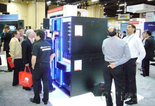 美国Interop展与会者参观华为大数据存储产品OceanStor N9000