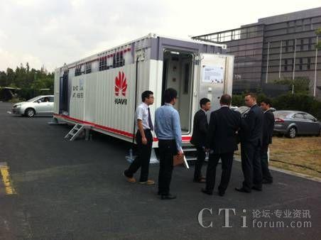 2013HCC大会现场客户参观微华为集装箱数据中心解决方案