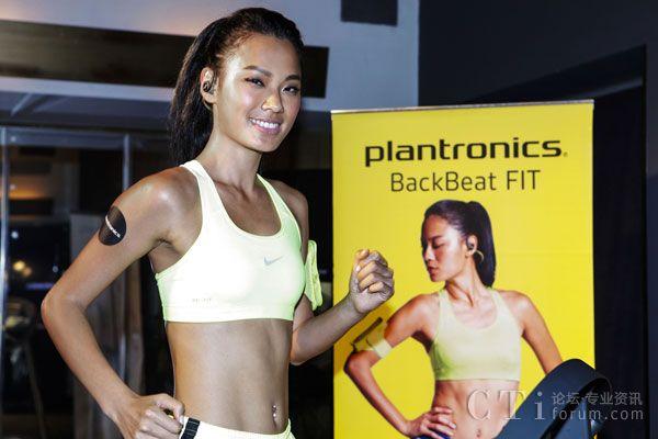 台湾名模王丽雅展示BackBeat FIT 耳机