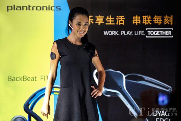 台湾名模王丽雅展示Voyager-Edge蓝牙耳机