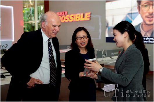 华为董事长孙亚芳陪同英国商业大臣文斯凯布尔参观华为展厅并体验华为终端产品