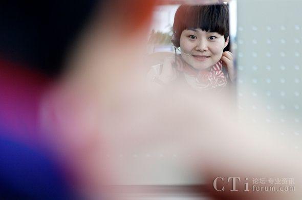 """话务员常被骚扰要手机号   和她的同事一样,杨阳每个月要接6000多通电话,每小时就要接40多通,在这些电话中,不乏有人故意骚扰,""""1天差不多就有5通左右,特别是晚上,骚扰电话更多,被要手机号、QQ号也是常事""""。   杨阳却很淡然:""""平常接电话总是处理各种各样的问题,相比起来这种来电处理难度不算大。""""   也有些来电令她哭笑不得:""""客户很有意思,接通电话后跟我说:'你别说普通话了,说河南话中不?'"""""""