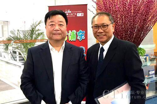 浦东新区副区长简大年先生(左)与飞翱集团总裁黄有权先生(右)合影留念