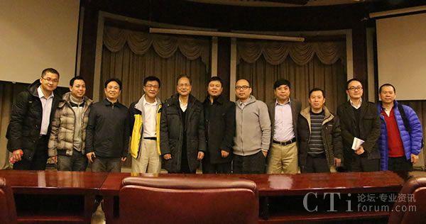 2015年第一届清华校友人工智能论坛张连毅(左四)与张钹院士(左五)、清华教授、校友合影