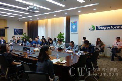 记者代表团一行在会议室聆听Teleperformance公司业务及发展历史介绍