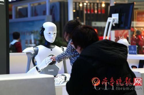 """一个小女孩,在妈妈的鼓励下,与智能机器人""""握手"""""""