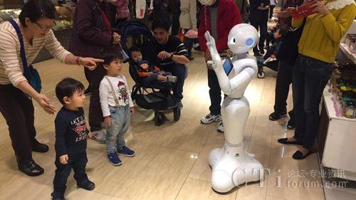 远百进化为科技卖场 导入智能客服机器人pepper