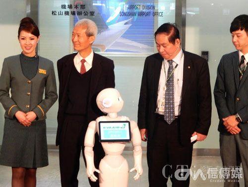 荣航空自12月8日起将引进Pepper机器人在机场担任客服,记者会合照时它还回头看着长荣航空副总陈有玉。