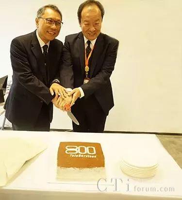 (图二:集团主席及行政总裁黄有权先生(左)与助理副总裁叶子宾先生(右)共切蛋糕)