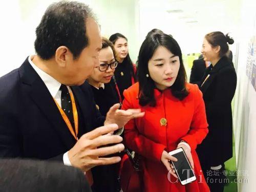 图三:助理副总裁叶子宾先生(左)与渝北区商务副局长(中)、现代服务业公司副总经理(右)交流公司概况