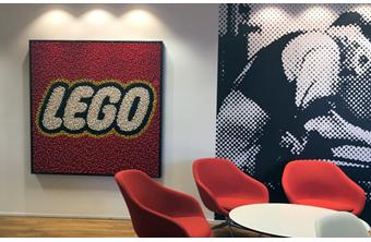 餐厅装饰着LEGO主题图像