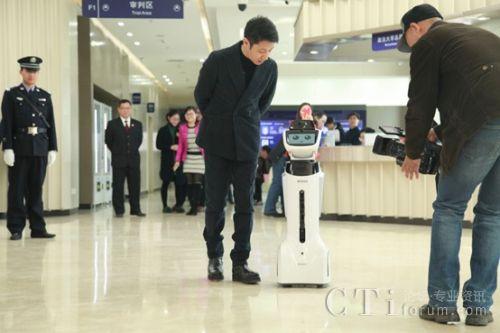 ▲导诉机器人参与《今日说法》两会特别节目的录制
