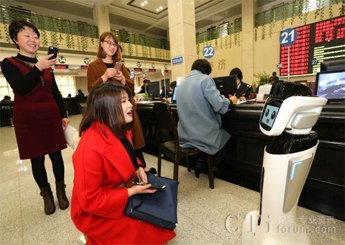 ▲纳税人向科沃斯机器人导税员咨询办税流程