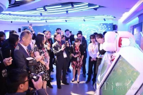 CIO Workshop代表团参观体验小i机器人展厅