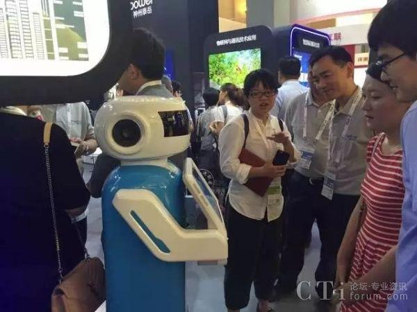 小富机器人4.0与现场来宾互动