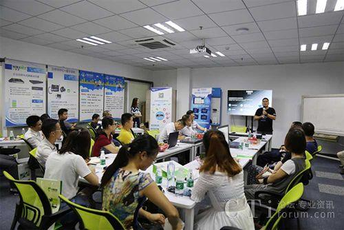 渠道经理唐林云讲解长鑫云呼产品功能,并介绍了行业针对性的解决方案