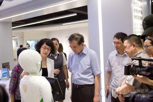 浙江远传信息技术股份有限公司副总经理陈昀做现场演示