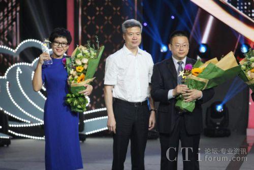 浙江广电集团总编辑姜军为远传技术董事长徐立新颁奖并合影