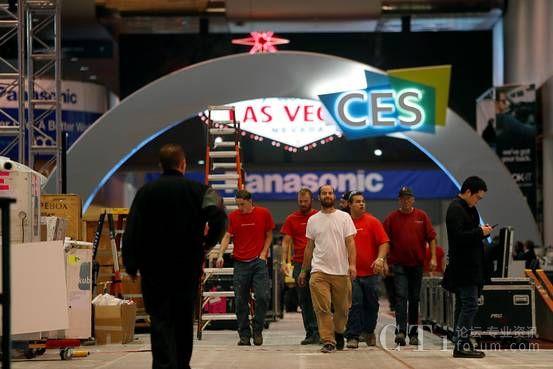 工人人员在为本周开始的拉斯维加斯国际消费电子展做准备。ENLARGE