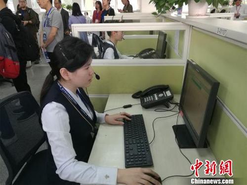 走进中国民航首个呼叫中心 年均接听电话2000万通