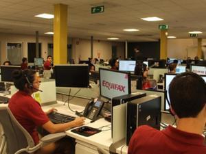 哥斯达黎加呼叫中心员工从处理呼叫到编程和监控机器人