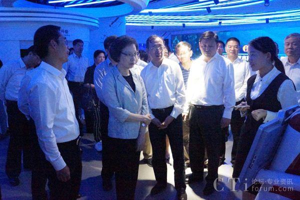 """助推""""上海制造"""" 上海市人大常委会调研小i机器人"""